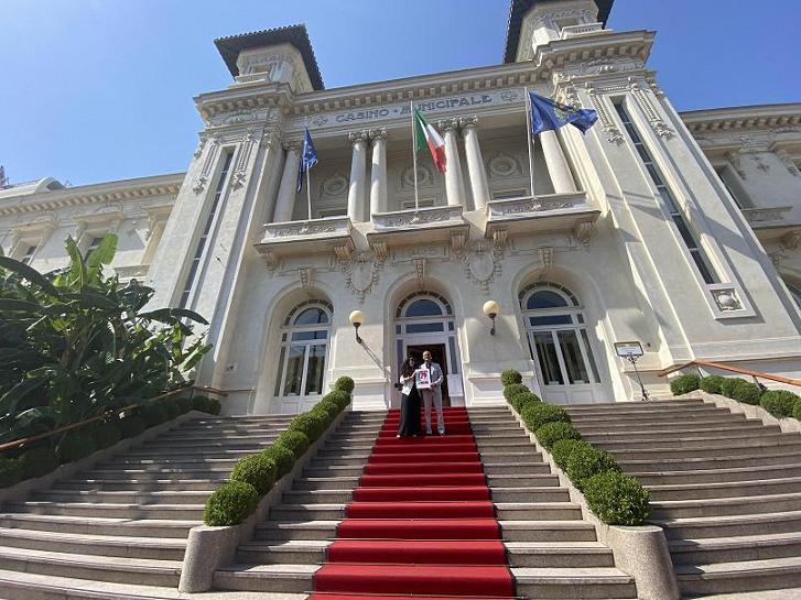 Houda Bakkali and Alessandro Il Grande, President of the Sanremo Communal Council at the Casino Sanremo facade